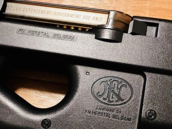 サイバーガンのP90はFN HERSTAL社の公認ライセンスロゴが入っている